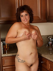 Blonde fat grandma poses absolutely naked